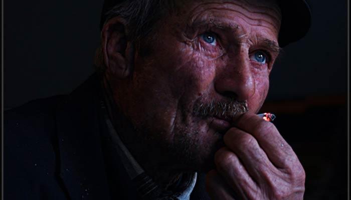 tütün içen adam ile ilgili görsel sonucu